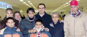 <b>17 de diciembre de 2004</b> <p> Diana Adame, Alejandro Olguín y Alejandro Braulio viajaron a Los Ángeles, los despidió la familia Olguín Magallán..