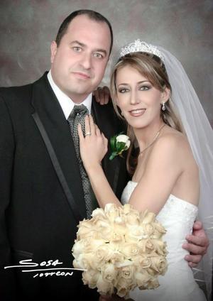 Sr. José Antonio Vázquez Baile y Srita Elizabeth Segura Delgado recibieron la bendición nupcial en la parroquia Los Ángeles el viernes primero de octubre de 2004.