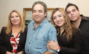 David Ortiz Polanco en compañía de Juanita de Ortiz, Chacho, y Karina, en el convivio que le ofrecieron para felicitarlo con motivo de su cumpleaños