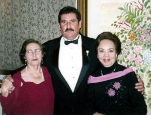 Fernando Aragón González, Emma Graciela  González  de Aragón y Carolina N. de Torres, en pasada boda.