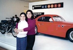 Ileana Villanueva Serrato y su hija Ileana González  Villanueva en el Museum of Modern Art en Nueva York.