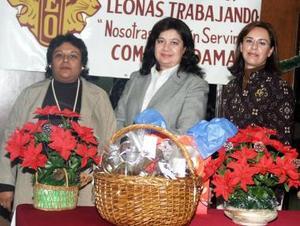 Minerva de Pérez, Telus de Hernández y Lucy de Moreno, en la posada del Club de Leones de Torreón.