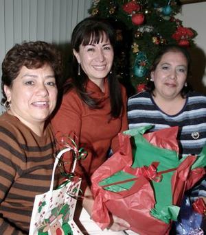 Mónica Ramírez, Leticia Rodríguez y Gabriela Anguiano, captadas en reciente convivio.