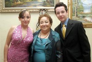 <b>19 de diciembre de 2004</b> <p>  Rosita de Zermeño, con sus hijos María Rosa y Ángel de Jesús, en un agradable convivio