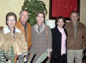<b>21 de diciembre de 2004</b> <p> Rosario Fernández, Gustavo Bredeé, Mirita T. de Bredeé, Dora Alicia de Flores y Eduardo Flores.