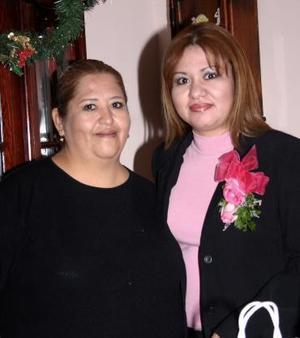 Claudia Susana Chacón Ríos junto a su mamá Mary de Chacón, quien le ofreció una despedida  de soltera.