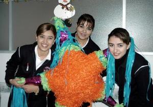 Esmirna Ayoub de Soto, con sus hijas Jabuba y Brenda Soto Ayoub, en una posada.