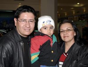 Luis Frausto Becerra y Ruth Triana de Rivera con su hijito Lsui Alberto Rivera, en reciente convivio.