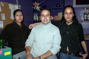 <b>19 de diciembre de 2004</b> <p>  Valeria Macías, Raúl Weber y Yazmín Sánchez