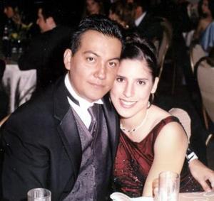 <b>19 de diciembre de 2004</b><p>  Salvador Montes y María Guadalupe Torres Téllez, en reciente festejo de graduación.