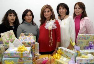 Cecilia Aguilar Acuña estuvo acompañada de sus amigas en la fiesta de canastilla que le ofrecieron por el bebé que espera