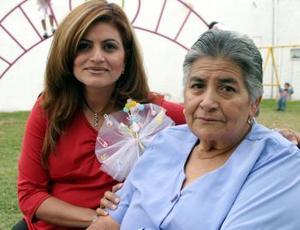 Cecy al lado de su mamá, la señora Ramona Acuña de Aguilar