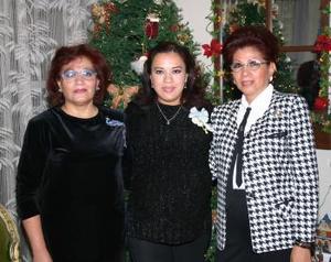 <b>21 de diciembre de 2004</b> <p> Claudia Susana Robles Gallegos junto a las anfitrionas de su fiesta de regalos.