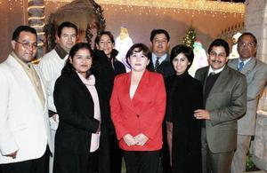 <b>21 de diciembre de 2004</b> <p>  Yuly Gámez, Consuelo Alvarado, Cecy Vidaña, Guille Martínez, Enrique Aguilera, Alberto Alvarado, Raúl Sánchez, José Luis Arroyo y Carlos Rangel , durante la posada de la UA de C