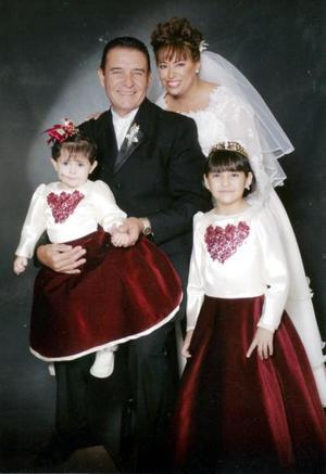 Dr. Raymundo Ramón Peña y Lic. Catalina Gabriela López Rodríguez, el día de su boda con sus hijas Diana Gabriela y Alondra Ramón
