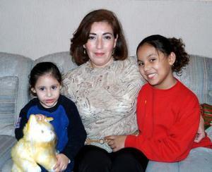 D-Laura de Mcgahagan en compañía de sus sobrinas Laura y Sofía Betancourt, en reciente convivio navideño