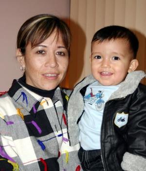 D-María Alicia Ceniceros con su pequeño Bernardo Ceniceros