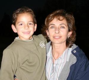 Gaby Alanís con su hijo Berny, captados en pasado festejo.