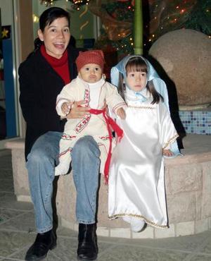 Rosario Iparrea con sus hijos Susana y Arturo García Iparrea.