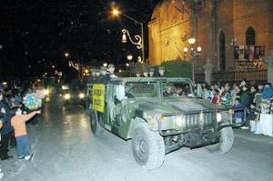 Al llegar a la presidencia, aguardaban las autoridades correspondientes, quienes fueron los encargados de dar el banderazo de inicio para los festejos del Centenario que continuarán durante todo 2005.