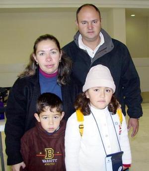 Laura Conte, viajó al DF y fue despedida por Ricardo Conte, Mónica Martín y Jorge Conte.