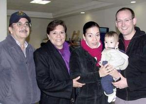<b>21 de diciembre de 2004</b> <p> Éricka y Michelle Van de Water viajaron a Holanda y fueron despedidos por Ana María y Jesús Moreno