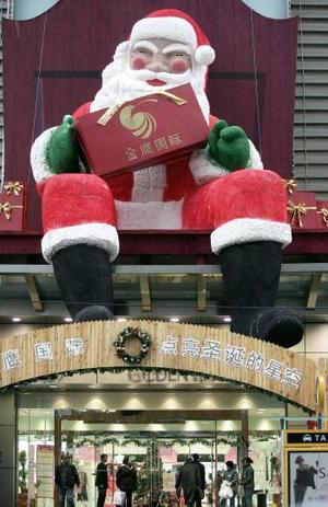 Un Santa gigante fue forma parte de la decoración de una tienda en Shanghai.