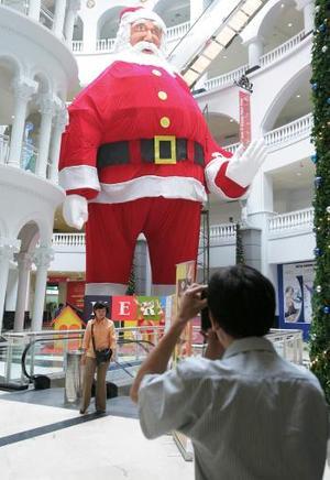 En Indonesia construyeron un gran Santa Claus para conmemorar la Navidad.