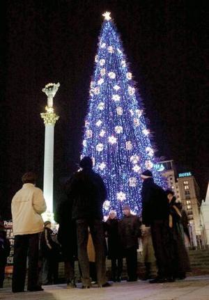 El árbol navideño está encendido en la plaza de la Independencia, en el centro de Kiev (Ucrania).