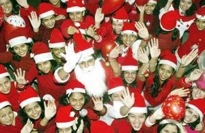 Diseñadores de moda hindúes celebran la próxima Navidad.