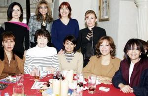 Lucía de Ramos estuvo rodeada de amistades en su festejo.