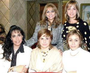 <b>22 de diciembre de 2004</b> <p>  Martha de Llamas, Patricia Arenal, Mayra de González y Bety de González acompañaron a Lucía de Ramos en su festejo.