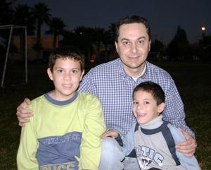Héctor Gómez on sus hijos Héctor y Alonso Gómez, captados en un convivio alusivo a la Navidad.