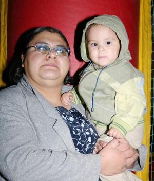 Jorge Esteban Silva López junto a su mamá, el día que festejo su primer año de vida.