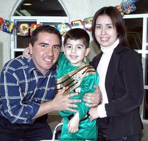 Rodolfo Abraham Solórzano Léon acompañado por sus papás, Rodolfo solorzáno y Emma León de Solórzano, el dia que celebró cuatro años de vida.