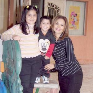 <b>22 de diciembre de 2004</b> <p> Susana Ivonne y Roberto López Ortega, junto a su mamá Susana Ortega de López.