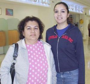 <b>22 de diciembre de 2004</b> <p>  Nazirah Márquez y Adriana García. Viajaroón a Mazatlan