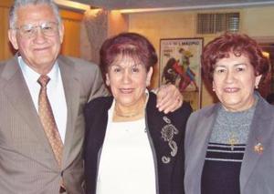 María del Socorro Enriquez de Armas festejó recientemente su sumpleaños acompañada por sus hermanos Valente Enriquez Mestas y Juana María Enriquez de Arreola
