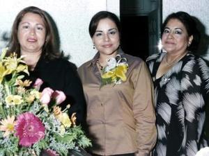 <b>22 de diciembre de 2004</b><p>   Karina Hernández Calzada en compañía de las anfitrionas de su despedida de soltera, Cidelia Juárez Nuñez y Maria Aurora Calzada de Hernández