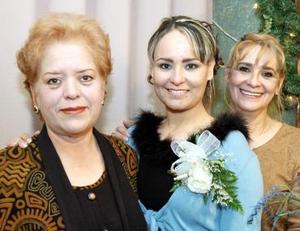 Karla Patricia Picasso Flores en su despedida de soltera con su mamá, Patricia Flores y su futura suegra María del Refugio Flores de Rodríguez.