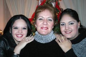 Marú Gorena Hermosillo junto a sus hijas Marú Rodriguéz de De La O y Verónica Rodriguéz, quienes le organizaron una bonita fiesta con motivo de su cumpleaños.