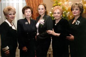 Malena en compañia de las señoras Sandra Tejeda de Nájera, Juanita Garrido de Nájera, Lucita Elias de Mijares e Isabel Mijares de Zúñiga, anfitrionas del festejo.