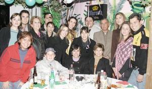 <b>24 de diciembre de 2004</b> Un grupo de amistades en su posada