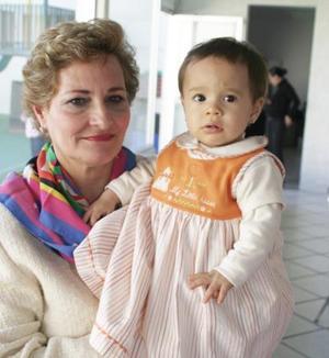 Marlene Zorrilla Braham en compañía de su abuelita, María Encarnación de Zorrilla