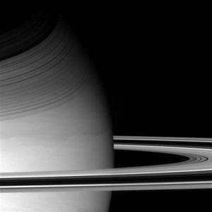 Los científicos creen que la atmósfera de Titán está constituida esencialmente de nitrógeno y metano, pero piensan que hay también otros gases en menor cantidad que pueden revelar detalles sobre su formación. <p> Cassini, por su parte, fabricado por la NASA, seguirá con su misión principal, que consiste en el estudio de Saturno y sus misteriosos anillos, para lo cual orbitará en torno al planeta durante unos cuatro años.