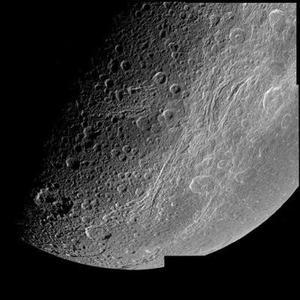 El proceso tiene que efectuarse con una enorme precisión sin datos en tiempo real, ya que en el momento de la separación, Cassini tendrá la antena de espaldas a la Tierra, por lo que no podrá enviar información, indicó la ESA. <p> Una vez que la nave comience el envío de información, los datos tardarán 67 minutos en llegar a los observatorios terrestres, por lo que las condiciones en las que se ha producido la maniobra de separación no se conocerán luego.