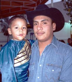 <b>24 de diciembre de 2004</b> <p>  Mauricio Aguirre Rubio junto a su papá Mauro Aguirre Llamas, el día que festejó su tercer cumpleaños.