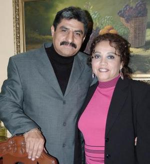 Aarón Canales Sánchez y María del Carmen de la Cruz Rosas celebraron su decimotercer aniversario de matrimonio.