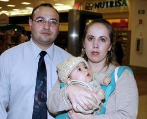 José Daniel Dorado y Claudia Blanco con la pequeña Alondra.