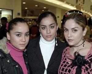 <b>25 de diciembre de 2004</b> <p> Verónica, Marisol y Maribel Esqueda Tello.